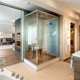 Penthouse Suite mit Wohnbereich, Badewanne und Dampfbad