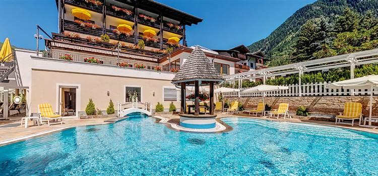 Hotel mit Poollandschaft im Sommer