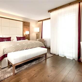 Modernes Hotelzimmer mit Doppelbett