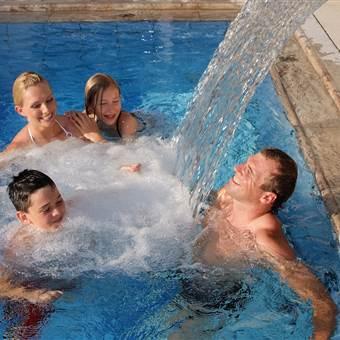 Familie entspannt in einem Hotelpool