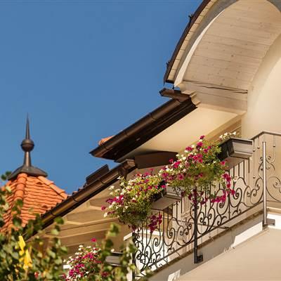 Balkon mit Blumen im Sommer