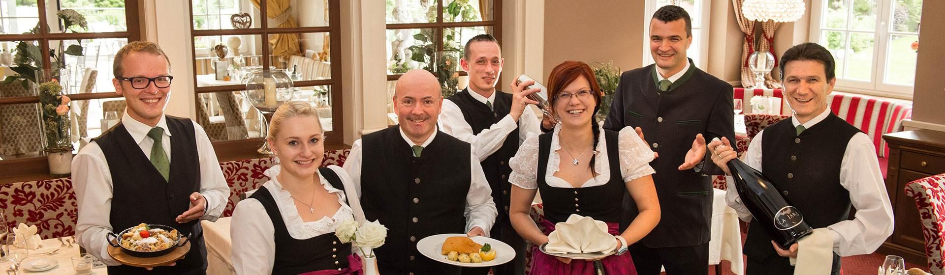Hotel Serviceteam mit Speisen und Getränken