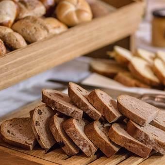 Aufgeschnittenes Brot und Semmeln im Detail