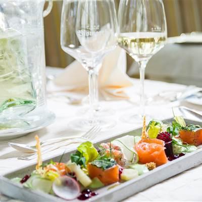 Lachswürfel auf Salatvariation