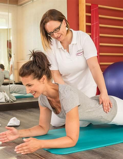 Zwei Frauen bei Gymnastikübungen