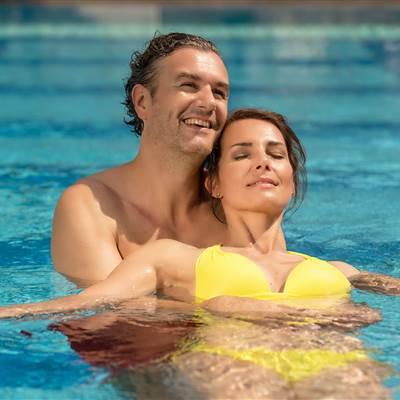 Paar relaxt in einem Pool
