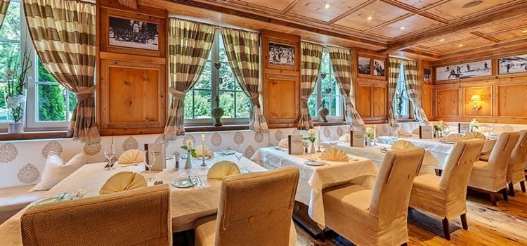Restaurantbereich in Holzoptik mit gedeckten Tischen