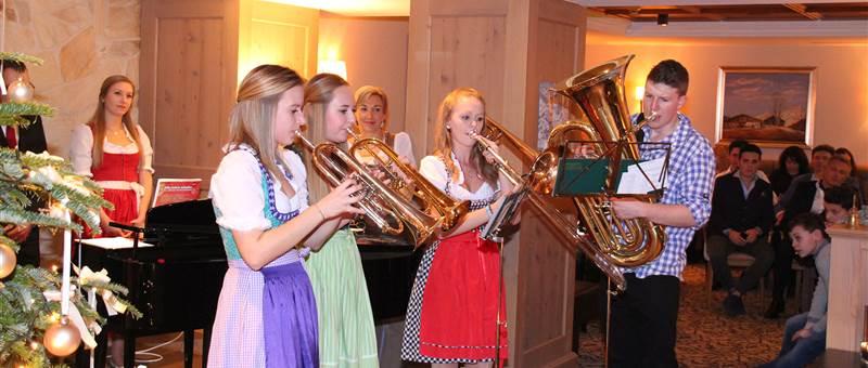Jugendliche in Tracht musizieren zu Weihnachten