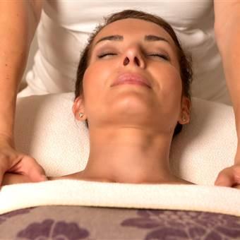 Frau liegt auf Massagebank