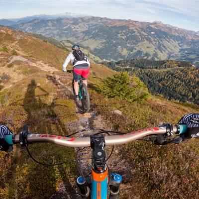 Mountainbiker POV Sicht von einem Berg