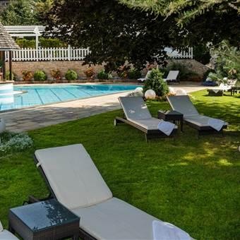 Hotel mit Liegewiese im Sommer mit Relaxliegen