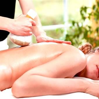 Frau bei einer Pantai Luar Massage