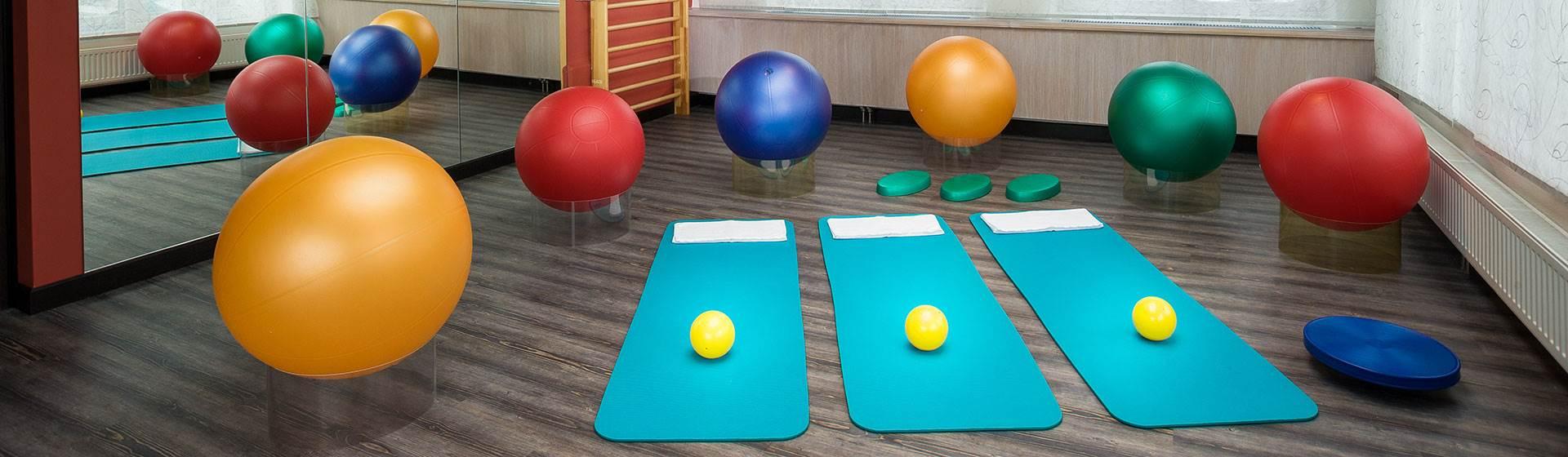 Gymnastikraum mit Matten und Gesundheitsbällen
