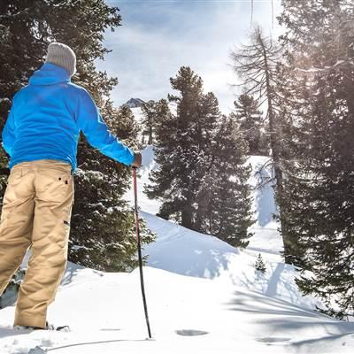 Mann beim Schneeschuhwandern in den Bergen