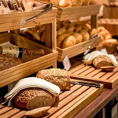 Brot und Gebäck bei Frühstücksbuffet