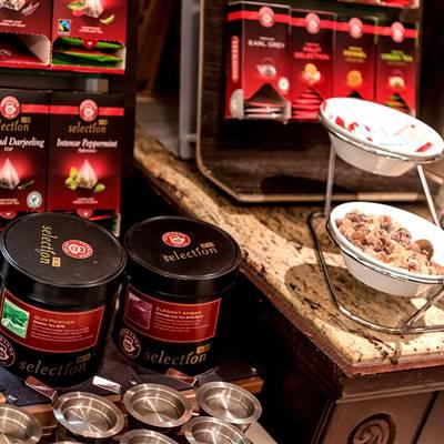 Teeauswahl bei Frühstückbuffet in einem Hotel