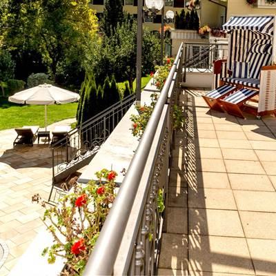 Hotelterrasse mit Außenpool im Sommer