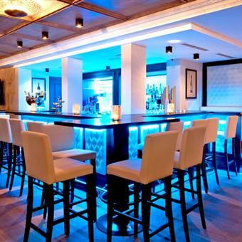 Hotelbar in blauer Beleuchtung