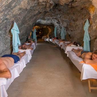 Männer und Frauen liegen im Gasteiner Heilstollen
