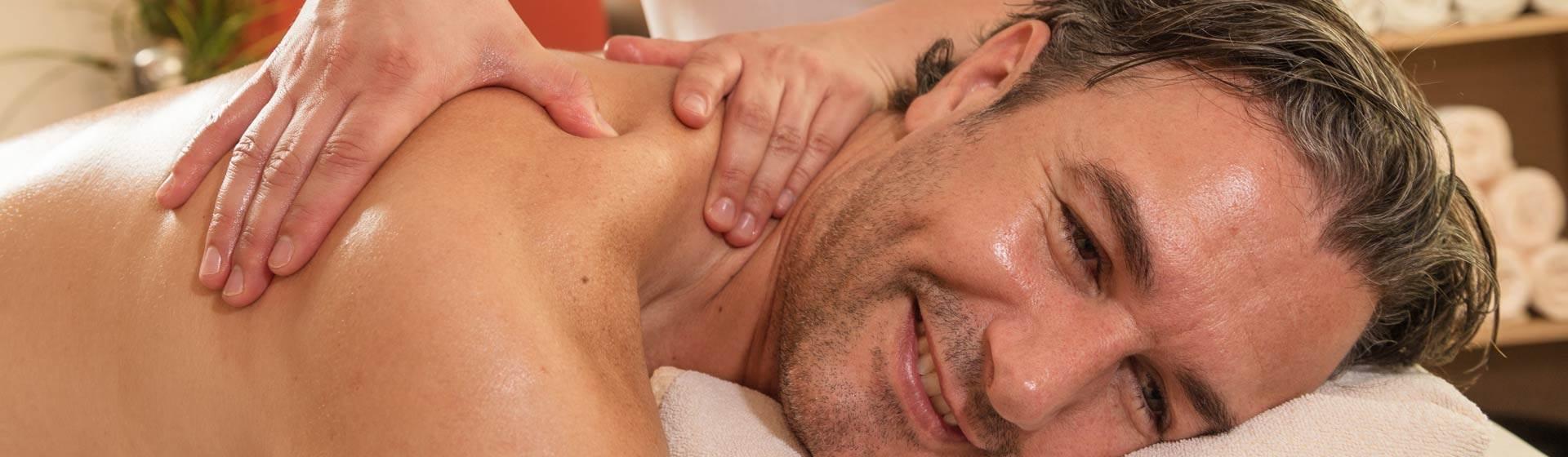 Mann erhält Schultermassage