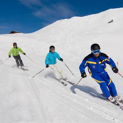 Gruppe von Skifahrern mit Skilehrer
