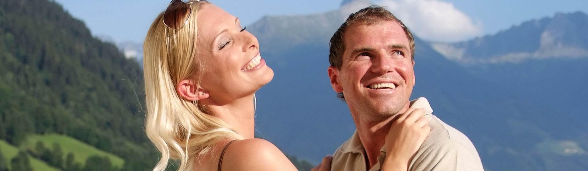 Mann und Frau im Detail vor Berglandschaft