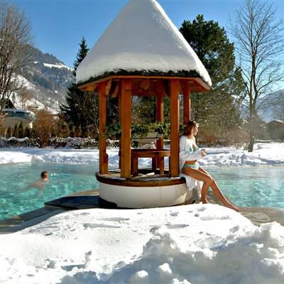Hotel mit Poollandschaft von außen im Winter