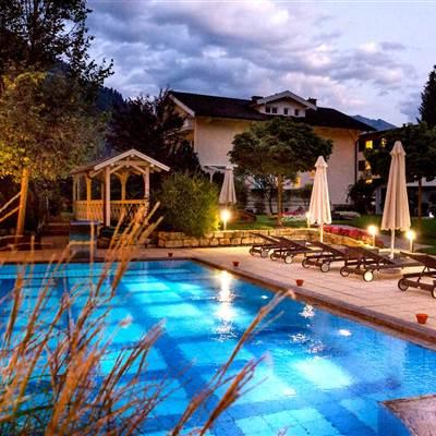 Hotel Pool außen bei Nacht