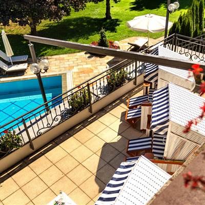 Hotel mit Pool und Terrasse von oben