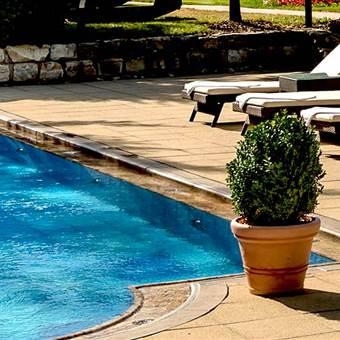 Hotel Außenpool mit Relaxliegen