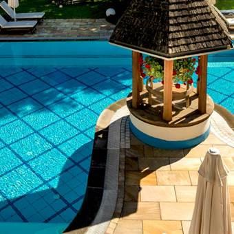 Hotel mit Poollandschaft und Liegen