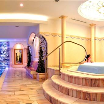 Hotel Indoor Pool bei Nacht