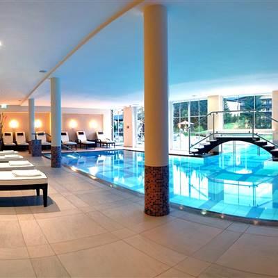Indoor Pool mit Zugang zu Außenpool