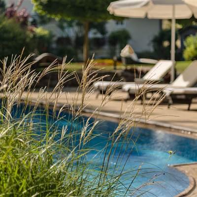 Hotel mit Außenpool und Relaxliegen