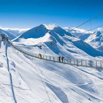 Hängebrücke in den Bergen im Winter