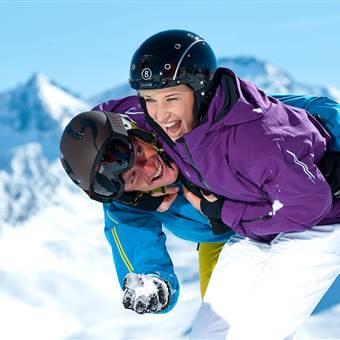 Paar in Skimontur tollt im Schnee
