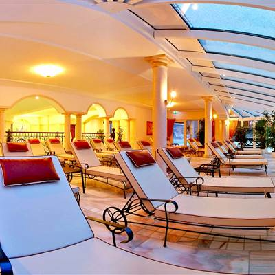 Relaxliegen in Hotelwintergarten