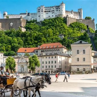 Burg Hohensalzburg im Sommer mit Pferdekutsche