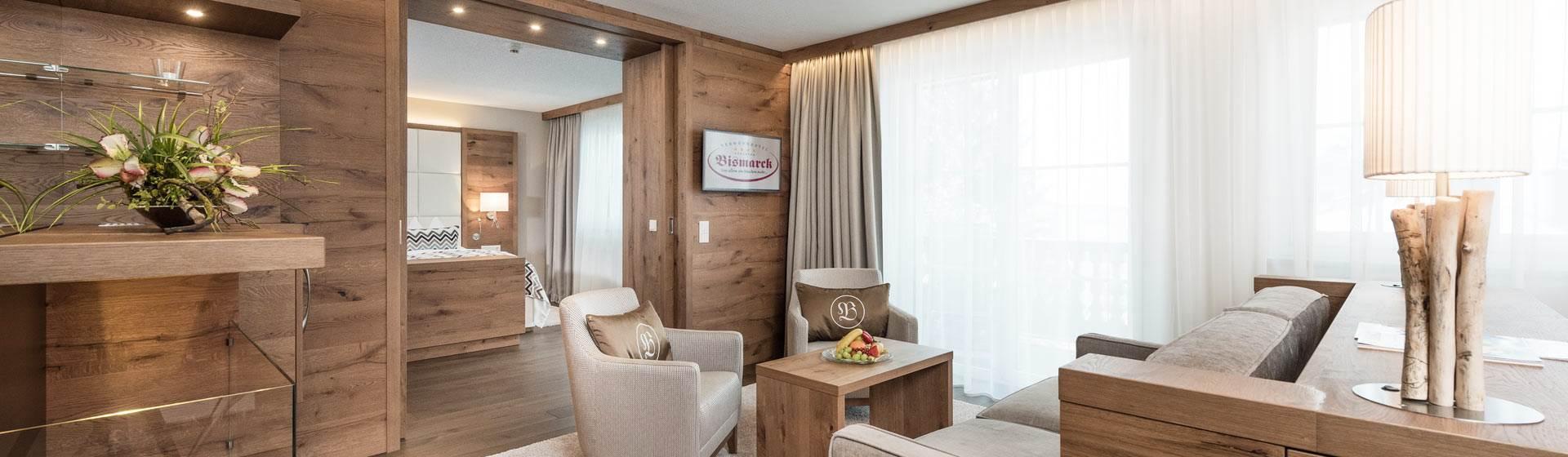 Große Hotelsuite in moderner Holzoptik