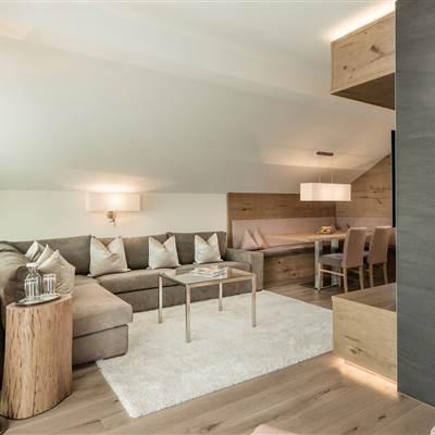 Moderne Hotel Suite mit Wohnbereich