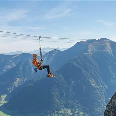 Junge bei Flying Fox in den Bergen