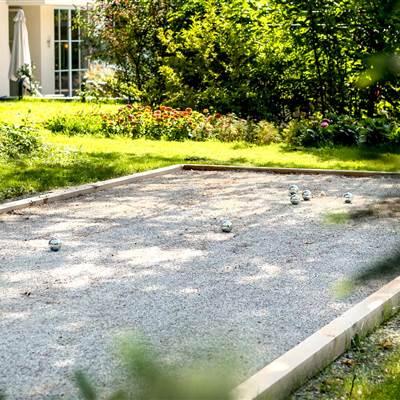 Boccia-Bahn mit Boccia-Kugeln im Garten