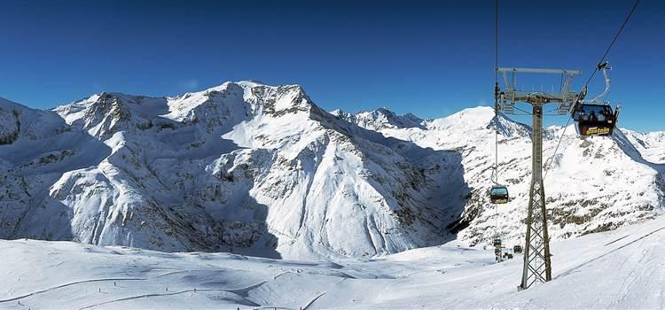 Winterlandschaft mit Bergen und Seilbahn