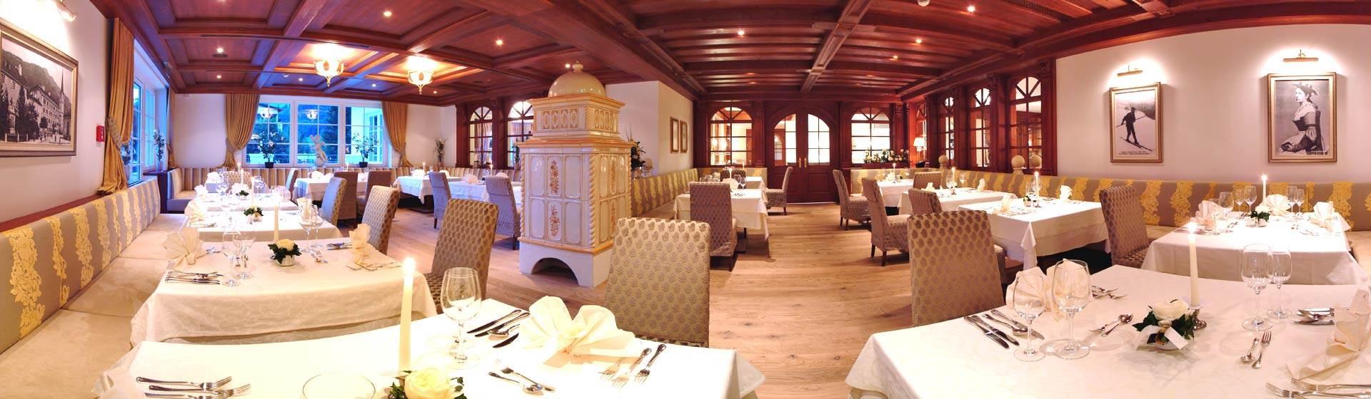 Rustikale Restaurant Stube mit gedeckten Tischen