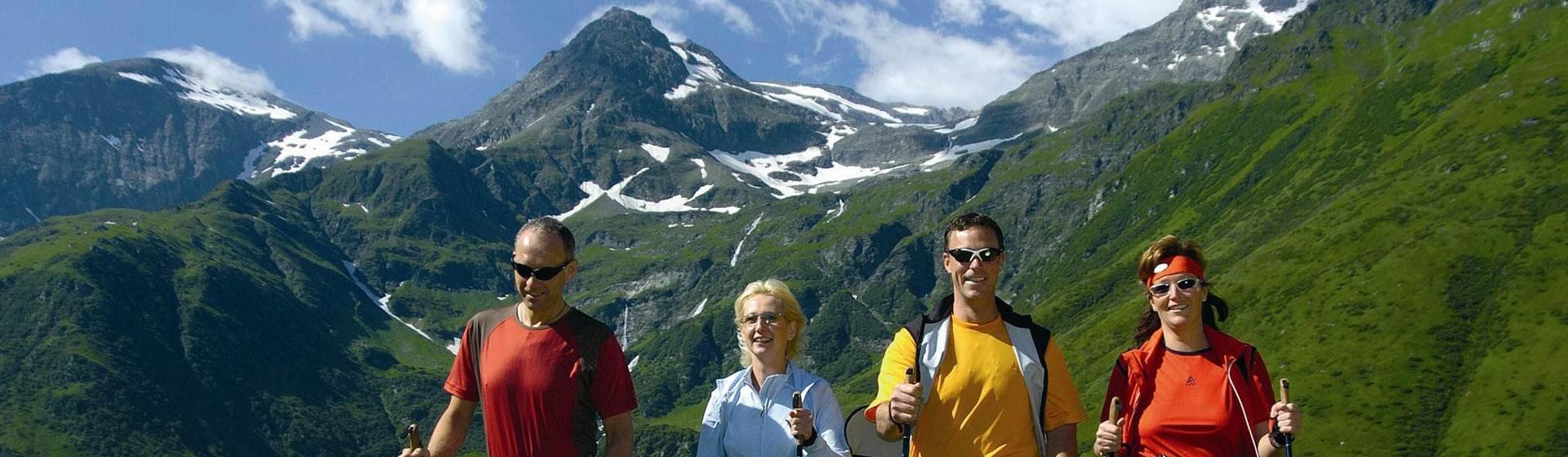Wanderer in den Bergen vor Bergkulisse im Sommer
