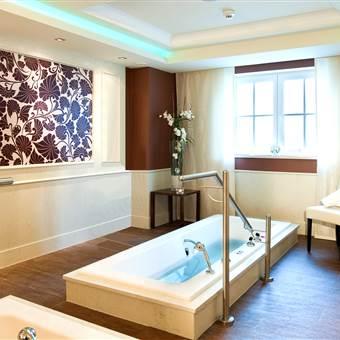 Moderne Badewannen in einem Therapieraum