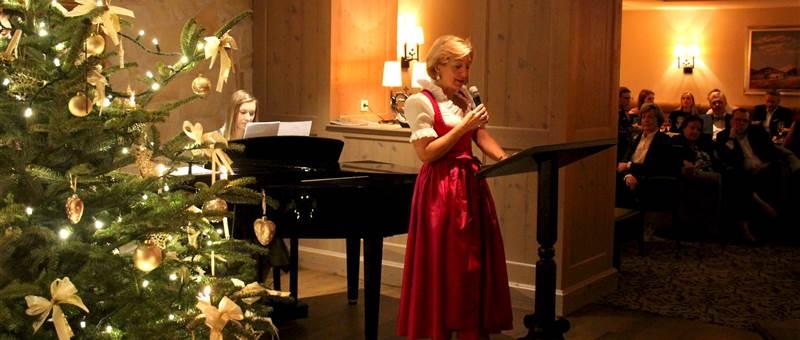 Frau singt während Tochter auf dem Klavier spielt