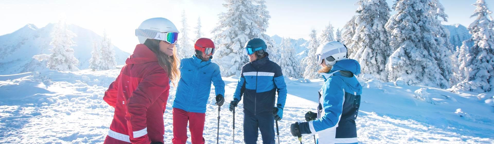 Freunde in Skiausrüstung stehen auf Skipiste