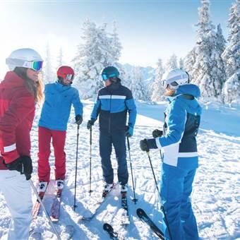 Gruppe von Skifahrer auf der Skipiste bei strahlendem Sonnenschein