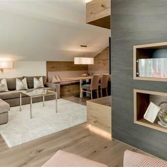 Moderne Hotel Suite mit Wohnbereich und Kamin